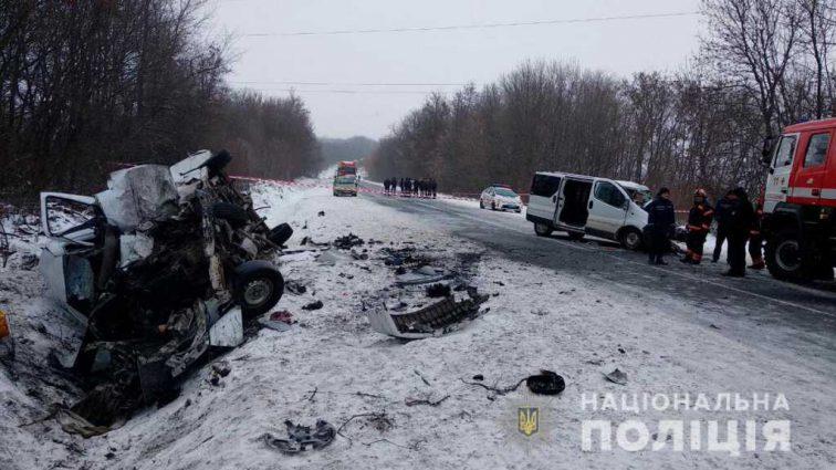 Машины разлетелись на куски: На Буковине на большой скорости столкнулись два микроавтобуса, есть жертвы