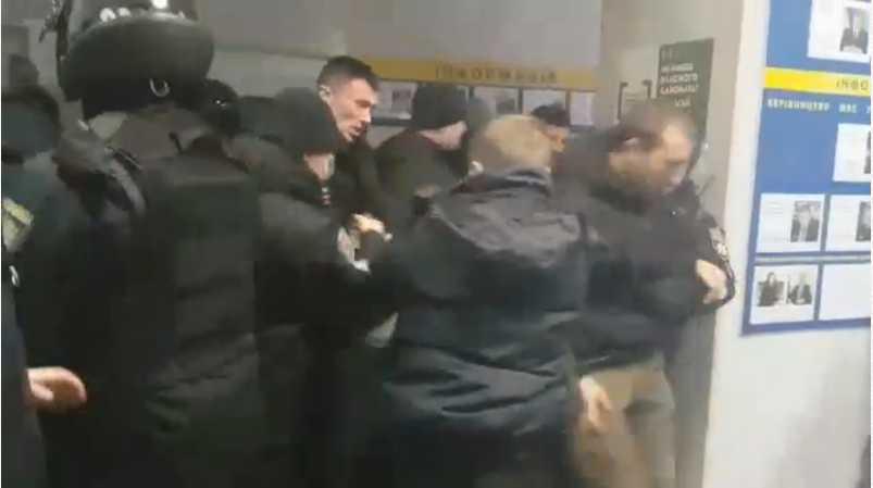 » Это 2019, а не 2013 »: Жесткая схватка активистов с полицией в Киеве шокировала Сеть