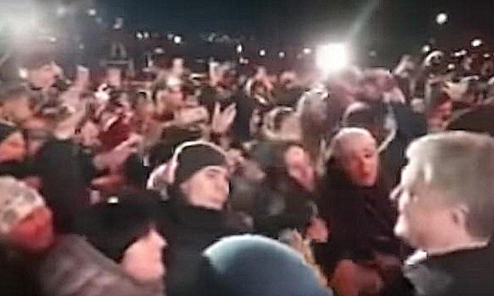 «Что же она такое ему сказала?»: Порошенко «сорвал шапку» с девушки в Запорожье
