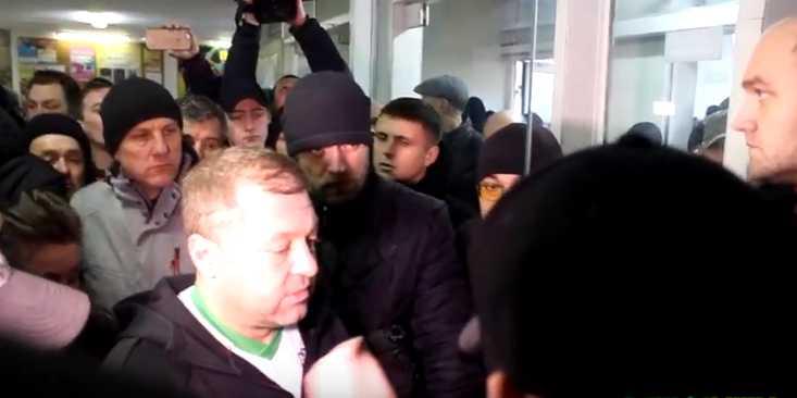 Ворвались внутрь и напали на одного из актеров 95 квартала, требуя объяснений: Появились новые подробности протеста против Зеленского во Львове