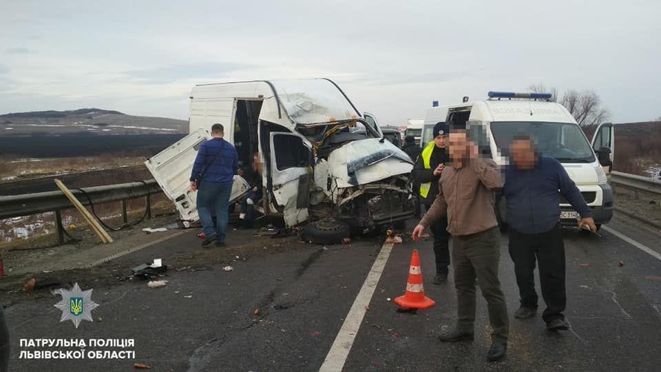 Опасная ДТП на Львовщине: из-за аварии с микроавтобусом и грузовиком заблокировали трассу Киев-Чоп