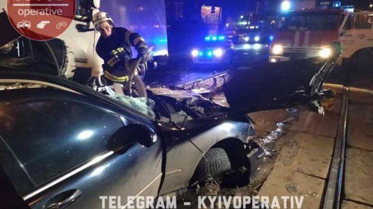 «Удар был такой силы, что кабину развернуло в противоположную сторону»: В Киеве произошло страшное ДТП