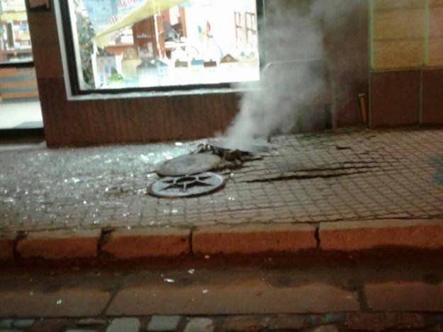 От ударной волны вылетели окна и витрина: во Львове в канализационном колодце произошел взрыв