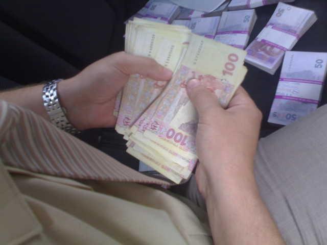 Требовал 500 тысяч гривен:   на взятке  поймали влиятельного чиновника