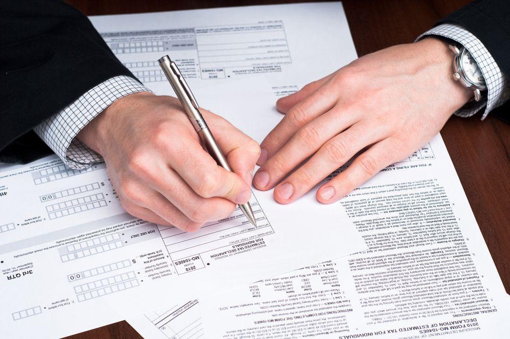 Домработниц, садовников и нянь обязали подавать декларации о доходах: что нужно знать