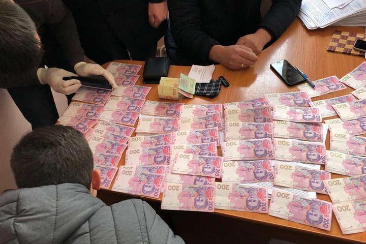 Требовал 4 тыс долларов: В Винницкой области чиновника миграционной службы задержали на взятке
