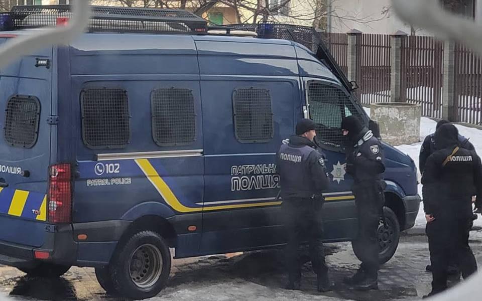 Выбивали двери и заставляли подписаться: агитаторы Порошенко угрожали мужчине (фото)