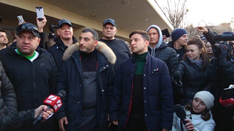 «Очень приятно видеть всех»: Зеленский вышел и пообщался с протестующими во Львове