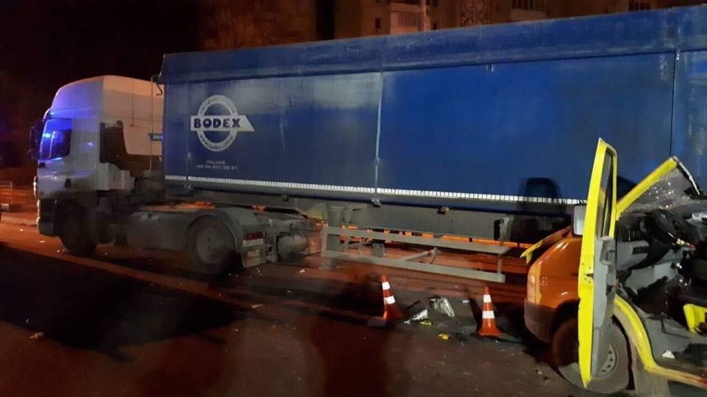 Роковая ДТП на украинской трассе: автобус с иностранцами столкнулся с грузовиком, есть жертвы