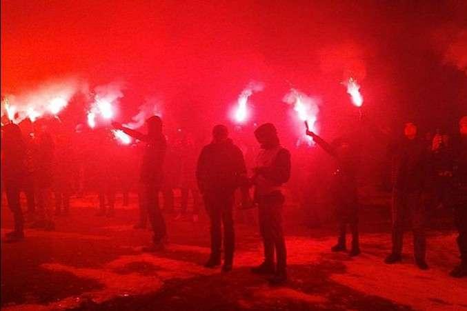 В знак протеста против действий полиции возле Подольского отдела: Разъяренные активисты «салютами» обстреляли дом Авакова