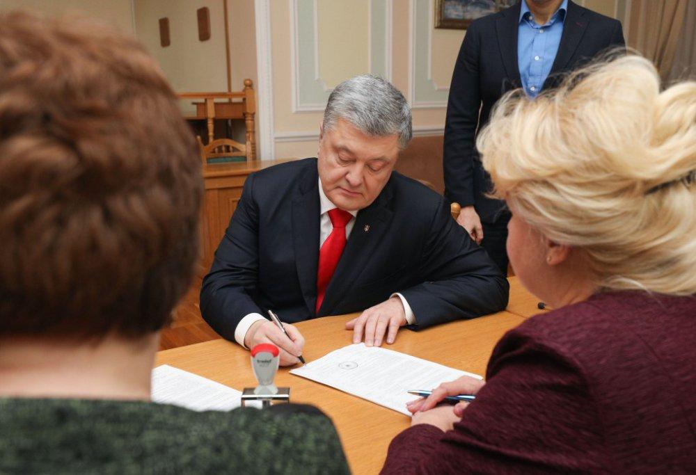 Прошел через черный ход: Порошенко подал документы в ЦИК, там его ждали активисты