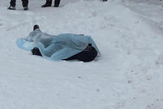 Трагедия в Киеве: возле метро нашли окровавленное тело, первые подробности