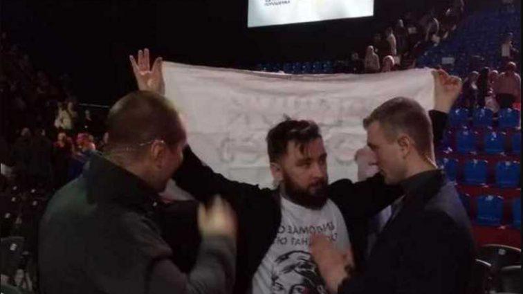 «Держали его за плечи и не давали встать»: На форуме Порошенко возник конфликт с активистом
