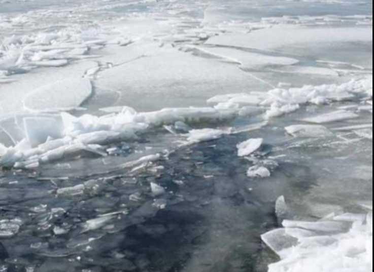Попал в ловушку: с Днепра доставали ребенка, что дрейфовал на льдине