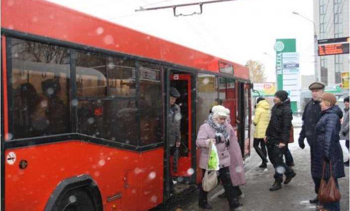 «Накричала и сломала руку»: Пенсионерка напала на девочку в автобусе