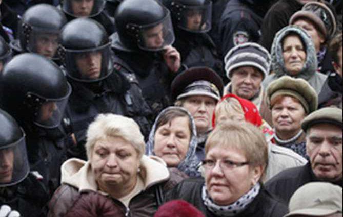 Тысячи людей штурмовали Кабмин, есть пострадавшие