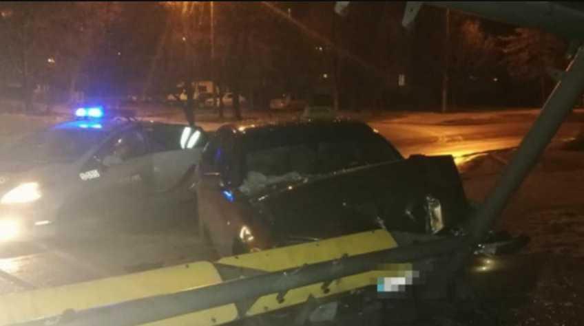 Навеселе и без прав: во Львове водитель такси снес остановку