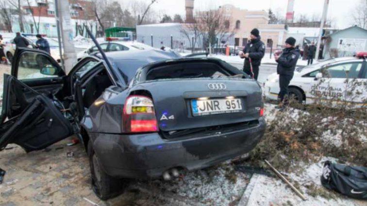 Жуткая ДТП в Киеве: авто вылетело на остановку и протаранил электроопору, погиб человек