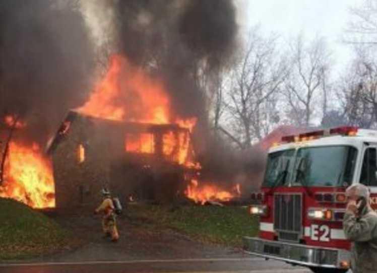 Врезался в два дома и взорвался: самолет упал на жилой квартал
