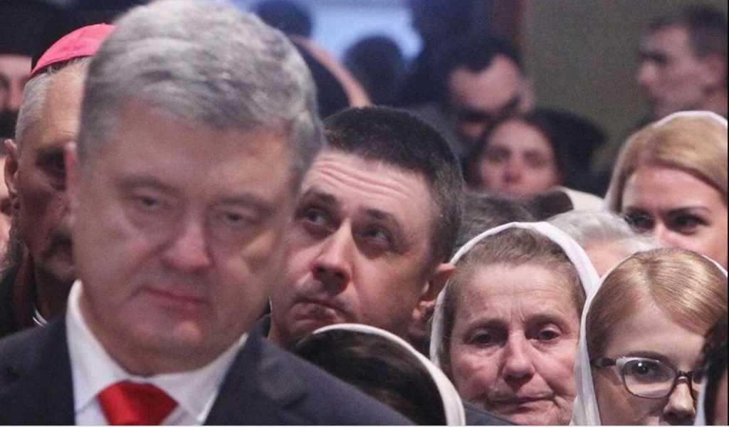 Перекинулись несколькими фразами: Порошенко заметили за общением с Тимошенко во время интронизации главы ПЦУ