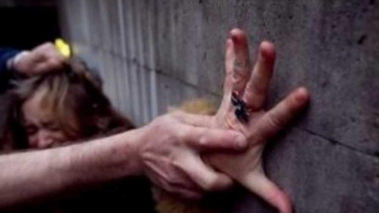 В течение 40 минут бил и душил свою жертву: студентка смогла вырваться из рук насильника