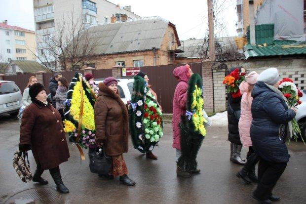 Маленький ребенок остался сиротой: Тысячи людей в Бердичеве прощались с погибшей семьей, которая умерла при загадочных обстоятельствах