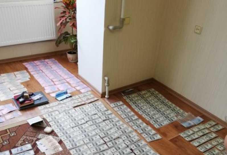 Изъяли $ 18200 долларов: Следственного полиции Черкасской области задержали на взятке