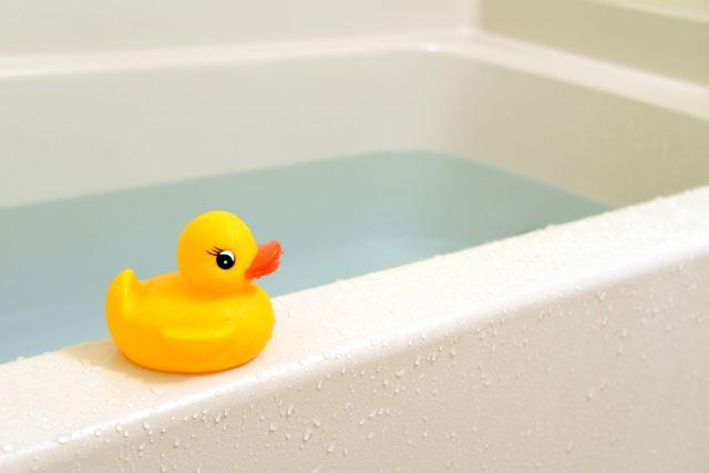 Четырехлетний ребенок захлебнулся во время купания в ванной: жуткие подробности страшной трагедии