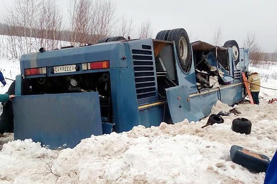 Пострадавших вырезают спасатели: Автобус с детьми разбился в ужасном ДТП