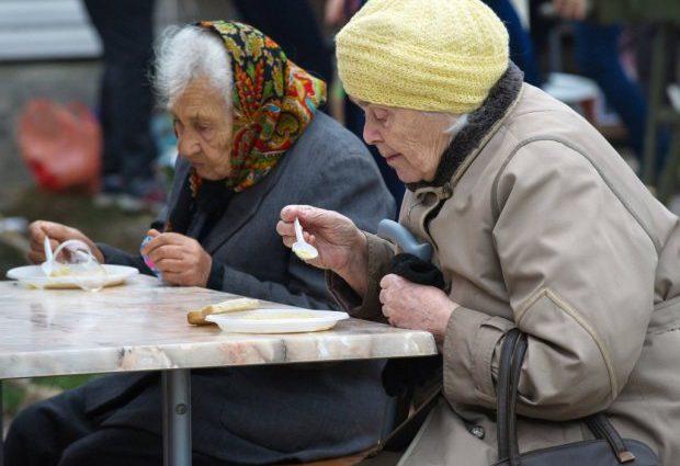 Банки начнут чаще проверять пенсионеров и беременных: что нужно знать