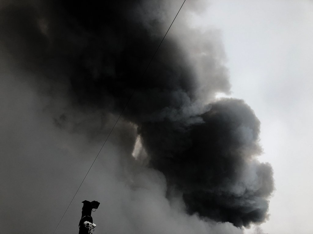 Небо черное от дыма: в Киеве случилась масштабный пожар, первые подробности