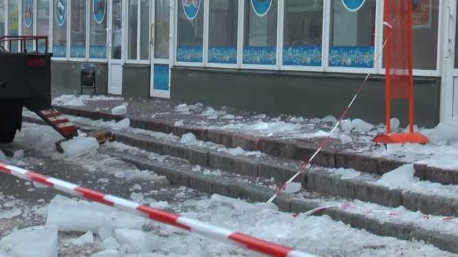 Трагедия в Киеве: Брила льда упала на 6-летнюю девочку