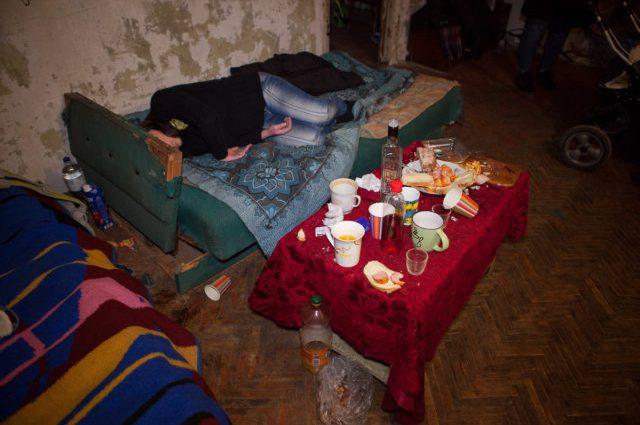 «Спала пьяная мертвым сном»: Многодетная мать чуть не погубила 6-месячного младенца, празднуя 28-летие