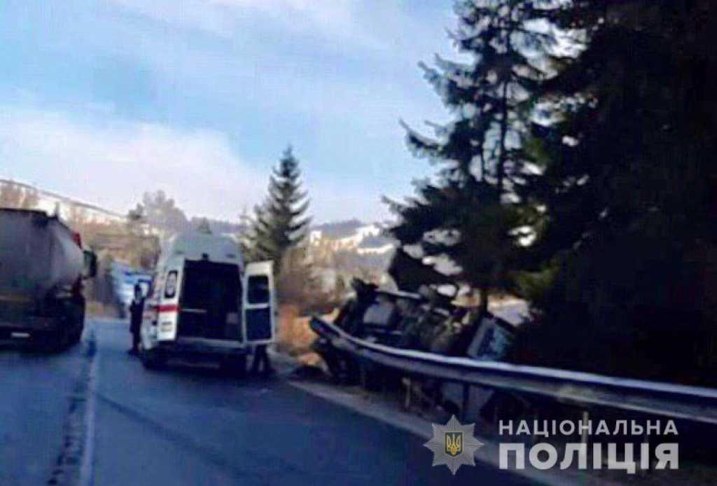 «По неизвестным причинам слетел с дороги»: На Львовщине автобус с пассажирами попал в смертельное ДТП