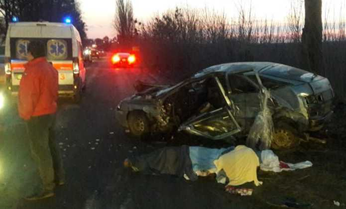«Авто превратилось в груду металла»: Под Киевом страшная авария унесла жизни двух человек