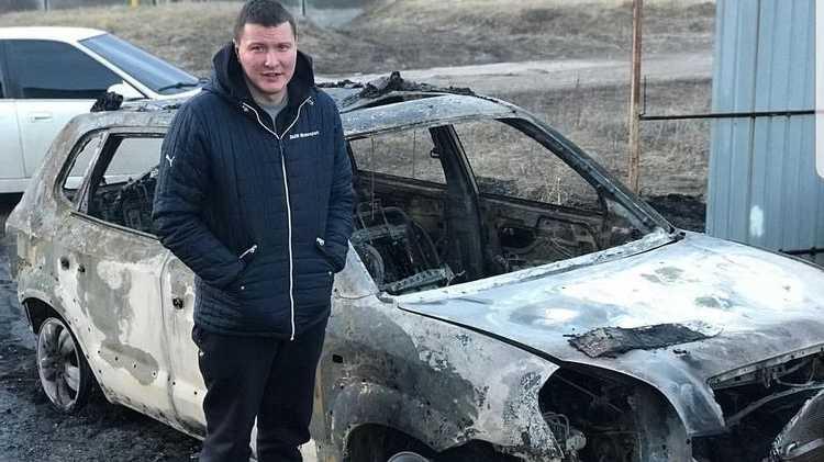 «Это горит моя машина»: активисту сожгли авто после провокационного вопроса Порошенку