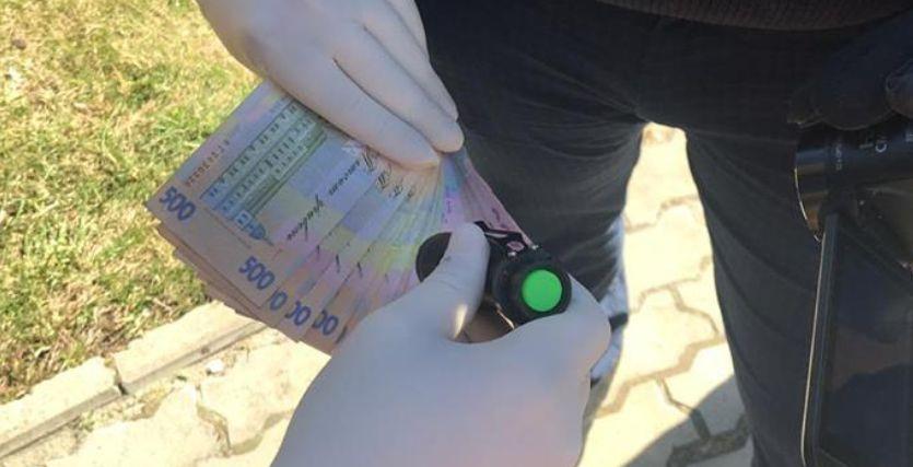 Получил 8000 гривен взятки: во Львове с поличным задержали инспектора налоговой службы