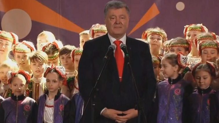 «Новый уровень — пиар на детях»: Петр Порошенко торжественно открыл детский фестиваль в Днепре