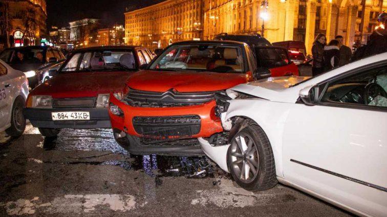 Пытался проскочить на красный свет: Масштабное ДТП в самом центре столицы заблокировало Киев