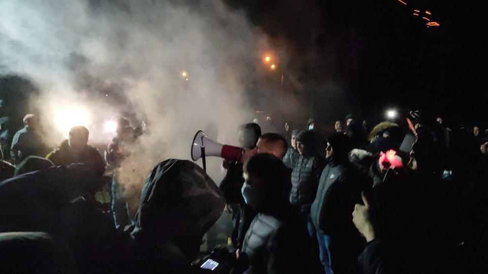 «Петарды и агрессивный народный гнев»: Активисты Нацкорпуса устроили митинг возле имения Медведчука