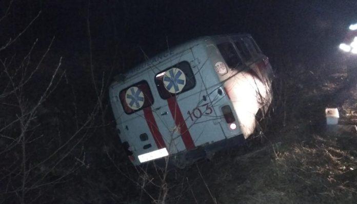На Волыни автомобиль «скорой помощи» слетел в кювет: есть пострадавшие
