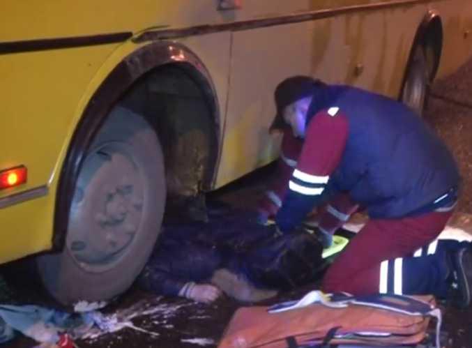 «Из-под автобуса девушку извлекали 12 спасателей»: Во Львове произошла жуткая ДТП с маршруткой