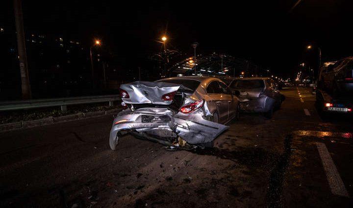 Таранили друг друга по цепочке: в Киеве столкнулись четыре авто