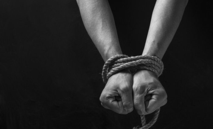 Ехала с младшими детьми домой: Мать известного футболиста похитили неизвестные