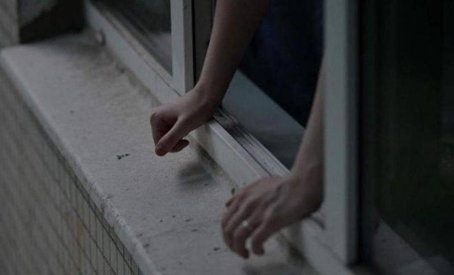 «Летела» с 16-го этажа с порезанными руками: смерть 18-летней девушки всколыхнула всю Украину