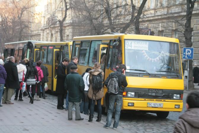 Начал движение, не дождавшись высадки пассажиров: С львовской маршрутки на ходу выпала женщина
