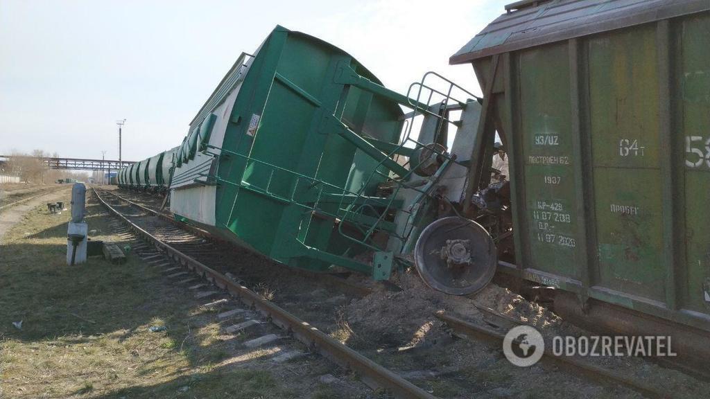 Буквально оторвало от земли: В Киеве сошел с рельсов поезд и парализовал движение