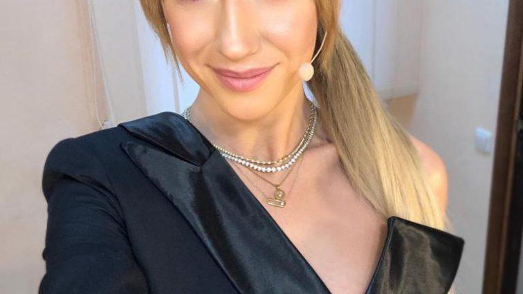 Розовая помада, кожанка и белокурые волосы: Леся Никитюк показала, как выглядела в 17