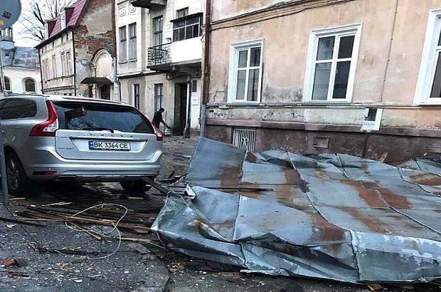 Сорваны крыши, повалены деревья и обесточены дома: Львовщину накрыл шквальный ветер