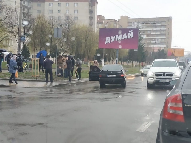«Прохожие устроили самосуд!»: Во Франковске на переходе водитель сбил маму с ребенком в коляске